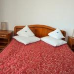 Cazare la intrarea in Targu Mures Pensiune Motel Via Poza camera matrimoniala cu pat dublu si mic dejun inclus 3