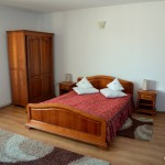 Cazare la intrarea in Targu Mures la Via in camera matrimoniala cu mic dejun inclus: camera visinie