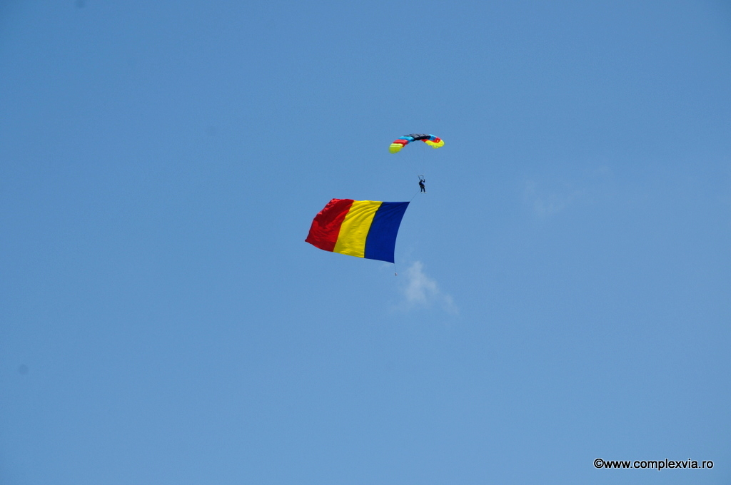 mitingaviatic-targu-mures-logo-via-parasute-pe-cer-tricolorul