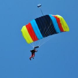 2010 miting aviatic la targu mures cu o parasuta colorata pe cer