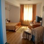 Camera la Hotel Via din Complex Via la intrarea in Targu Mures Poza camera matrimoniala cu pat dublu si mic dejun inclus 2