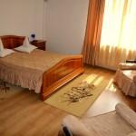 Camera la Hotel Via din Complex Via la intrarea in Targu Mures Poza camera matrimoniala cu pat dublu si mic dejun inclus
