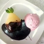 desert la Restaurant Via pere coapte cu inghetata si ciocolata