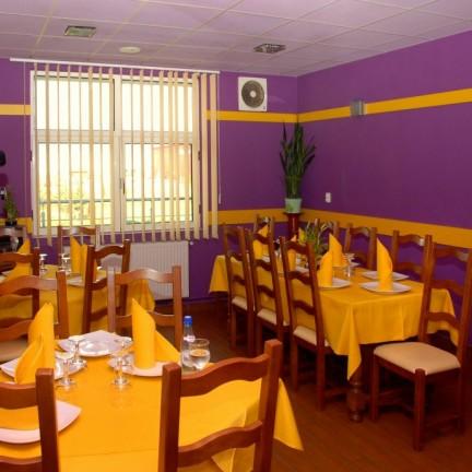 Restaurant Sala mica mov la www.complexvia.ro pe E60 la intrarea in targu mures potrivit pentru cazare